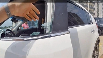 Así rescataron a una bebé atrapada dentro de un auto