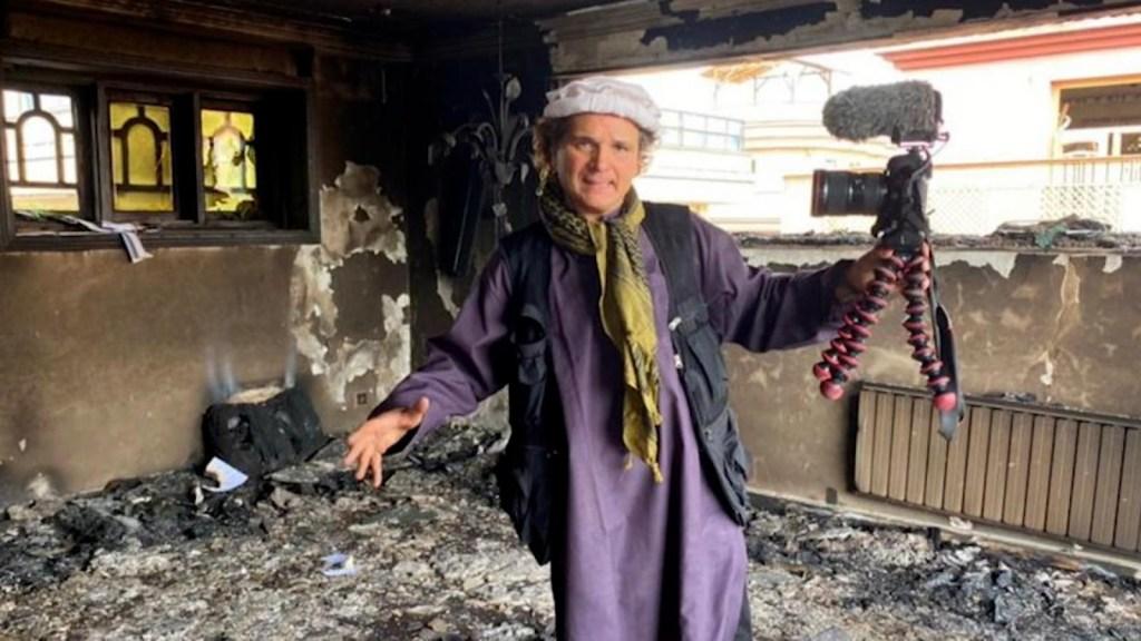 Humihingi ng tulong ang mga Afghans sa direktor upang umalis sa bansa
