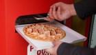 Máquina dispensadora entrega pizzas en Roma