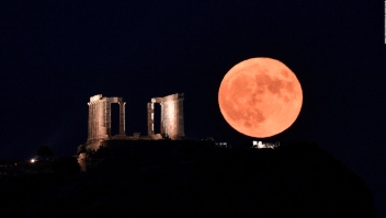 Luna llena deslumbra en Grecia