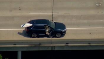 Un avión se estrella con un auto en una autopista