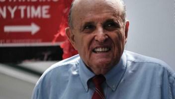 R. Giuliani se afeita en un restaurante del aeropuerto y se hace viral