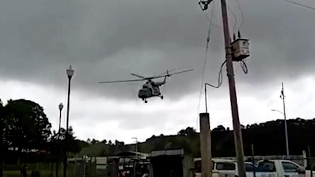 Graban cómo cae un helicóptero de la Marina de México