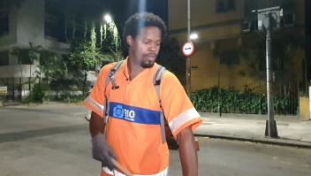 Un barrendero cumple su sueño universitario en Brasil