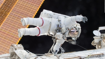 Los preparativos para una caminata espacial