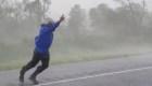 Mira a este reportero que lucha contra el huracán Ida