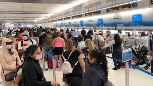 EE.UU. contempla exigir que visitantes estén vacunados