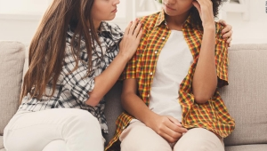 Escuchar mejor a tus seres queridos podría proteger su salud cerebral, encuentra un estudio