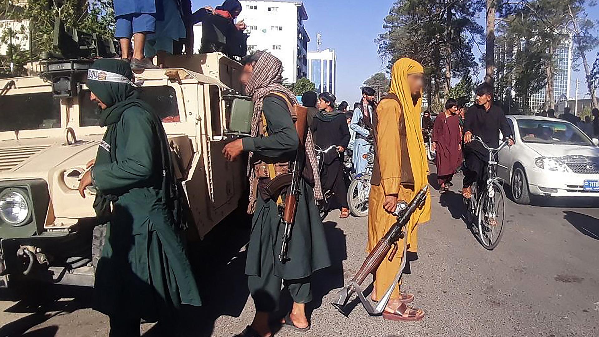 Talibanes difunden videos celebrando captura de otras dos ciudades clave en Afganistán