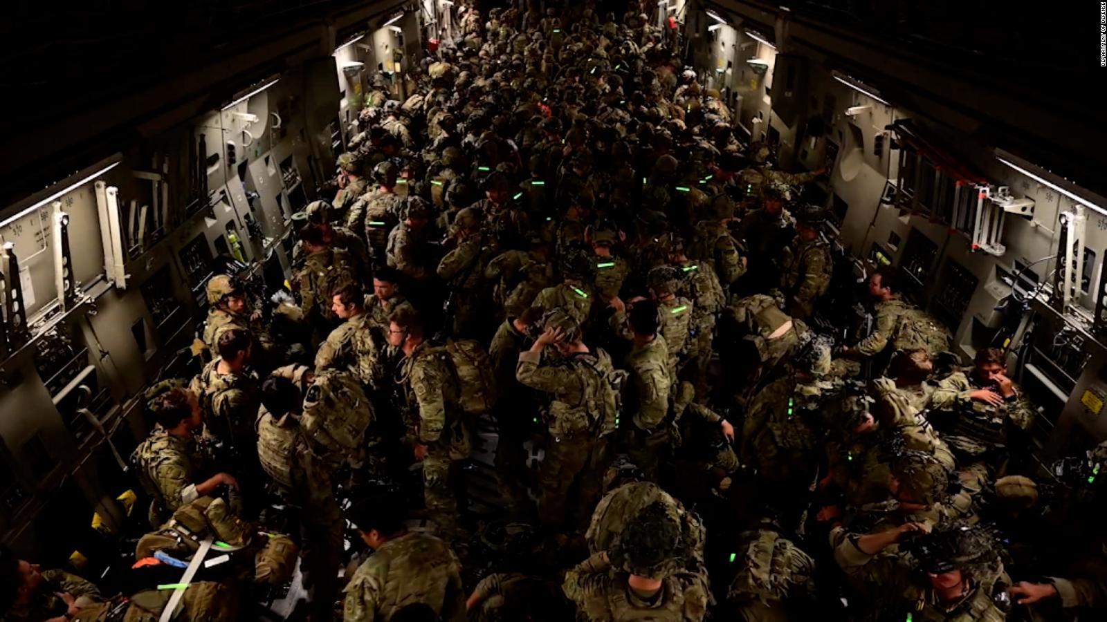 Las impactantes imágenes que dejó el último vuelo de EE.UU. en salir de Afganistán