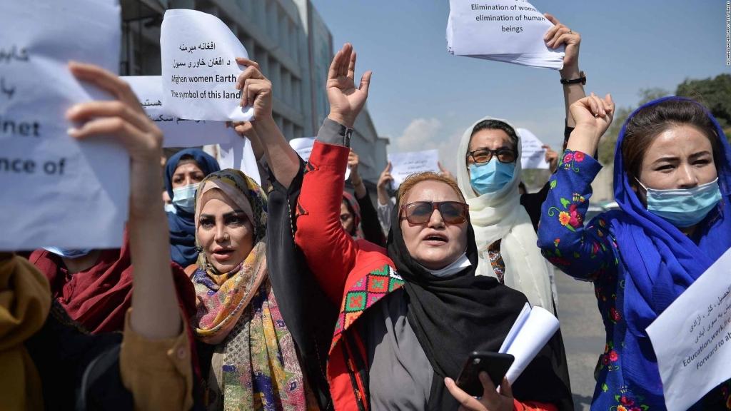 Mga babaeng Afghan na nagpapakita sa mga lansangan ng Kabul