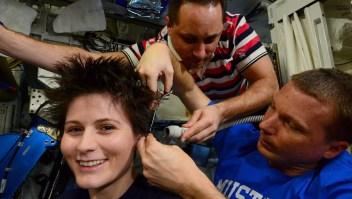 Así son los cortes de cabello en el espacio