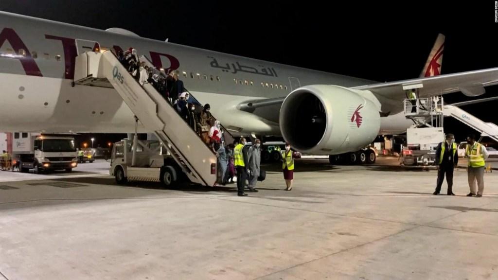 Afganos llegan a Qatar en vuelo comercial desde Kabul