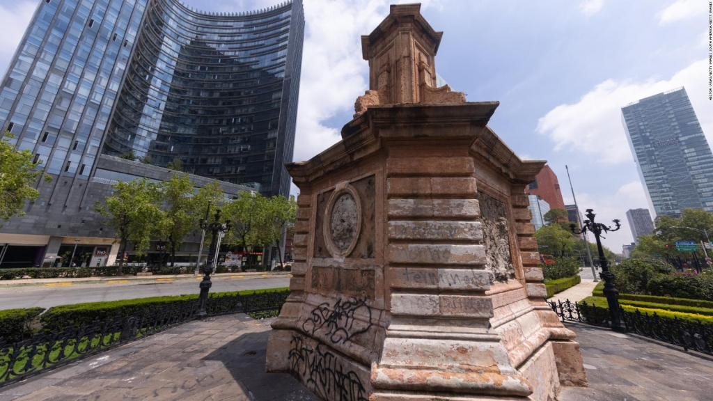 López Obrador endorses the installation of an Olmec head figure