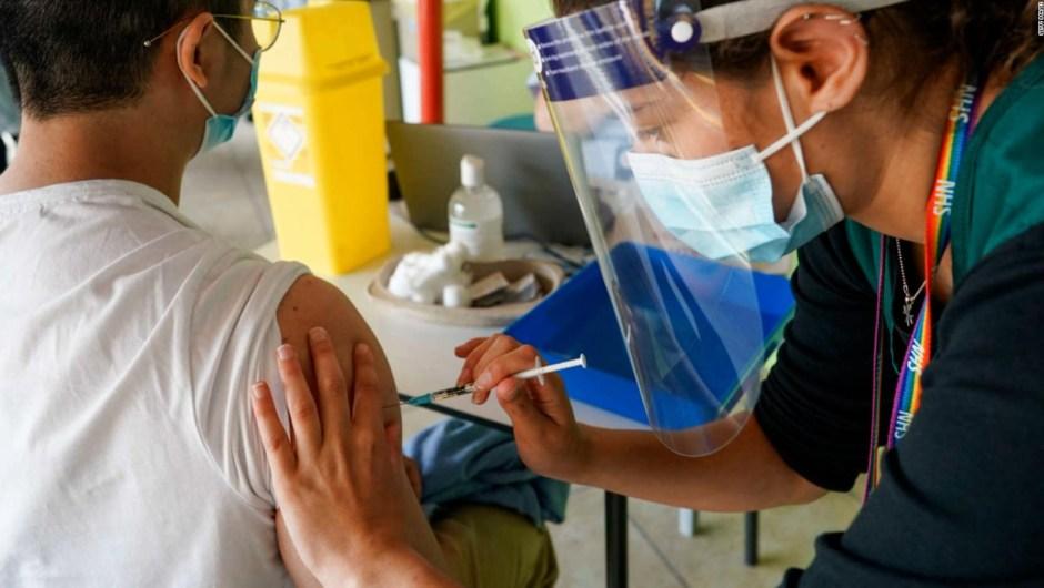 5 cosas: Inglaterra abandona plan sobre el pase de vacunas