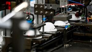 Fabricantes de mascarillas en EE.UU. se ven golpeados por precios de China