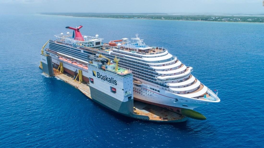 Mira cómo este extraño barco lleva a cuestas a un crucero
