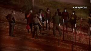 5.600 migrantes esperan bajo puente en Texas