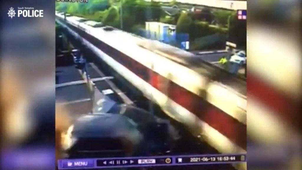 Video muestra choque de un tren en movimiento y un auto