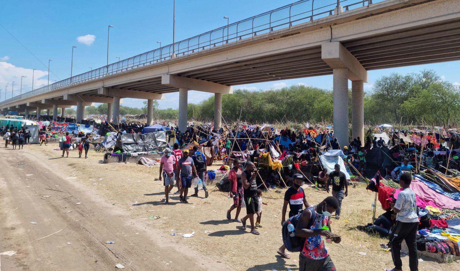 Se marchan los últimos migrantes que permanecían en el campamento bajo el puente fronterizo en Texas