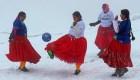 Ve a estas mujeres jugar fútbol a 6 mil metros de altura