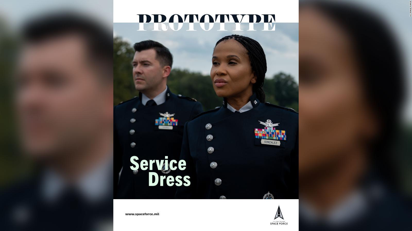 Fuerza Espacial de EE.UU. presenta su nuevo prototipo de uniformes de gala y entrenamiento físico