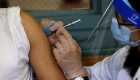 Directora de los CDC defendió mandatos de vacunación
