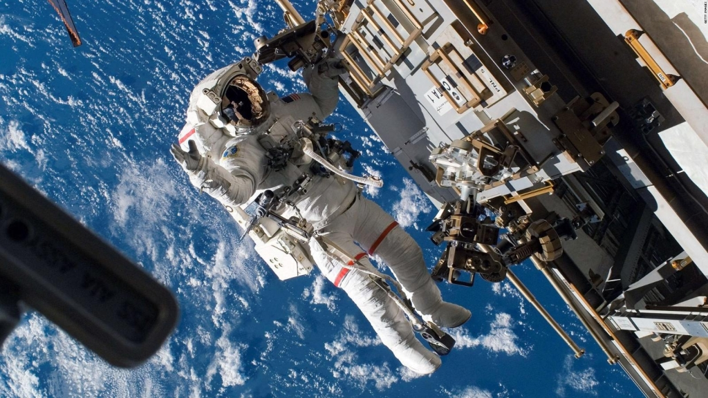 Astronautas reubican nave espacial Soyuz MS-18 en la EEI