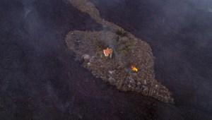 """Una """"casa milagro"""" escapa de lava del volcán en La Palma"""