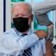 Biden recibe dosis de refuerzo de vacuna contra covid-19