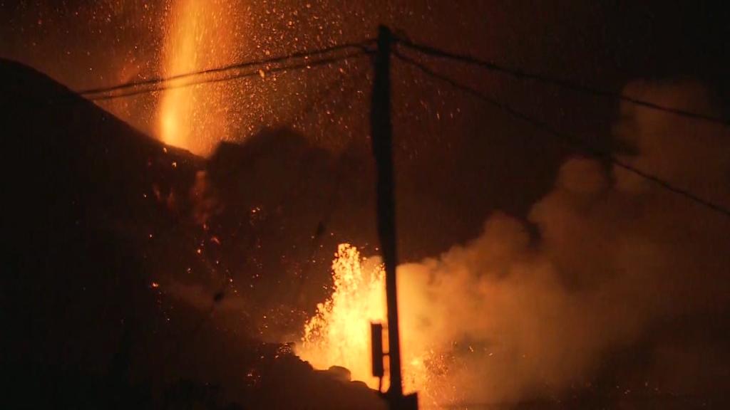 Siguen fluyendo chorros de lava en La Palma, España