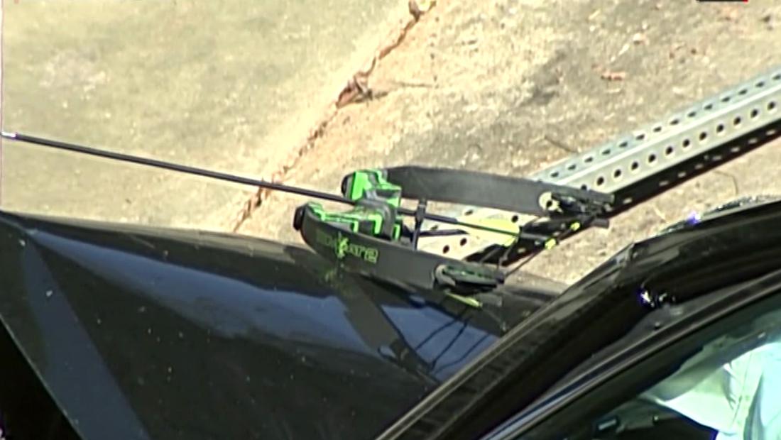 Hombre armado con arco y flecha roba auto y le apunta a las autoridades antes de ser arrestado