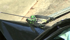 Hombre armado con arco y flecha roba auto a mujer