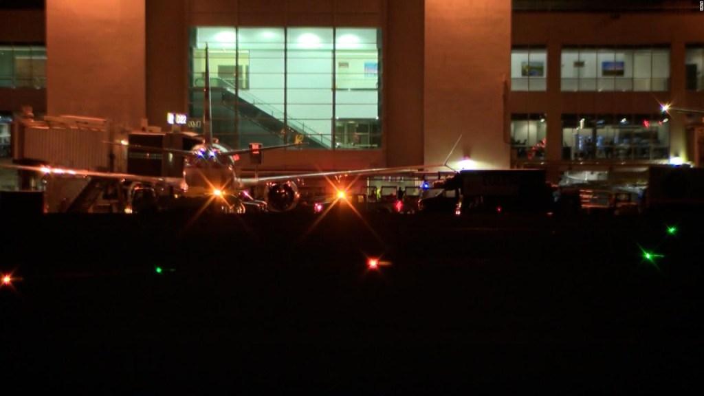5 cosas: pasajero abre puerta de emergencia de avión, y más