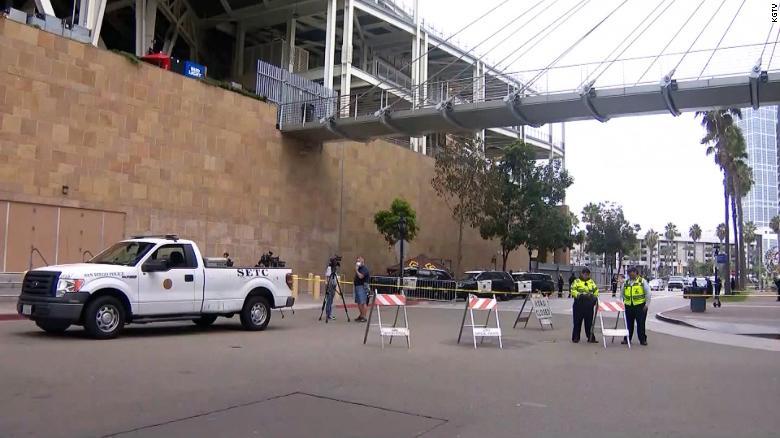 Madre e hijo mueren tras caída en el estadio de béisbol de los Padres de San Diego, dice la policía