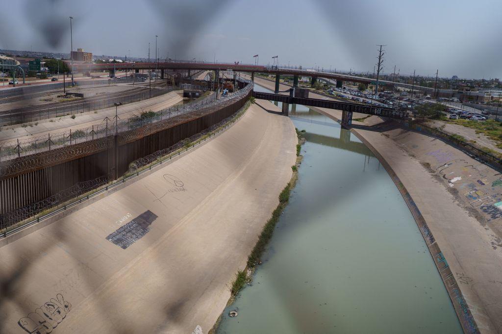 5.600 migrantes esperan a ser detenidos bajo el Puente Internacional Del Rio, Texas; el alcalde pide ayuda a Seguridad Nacional