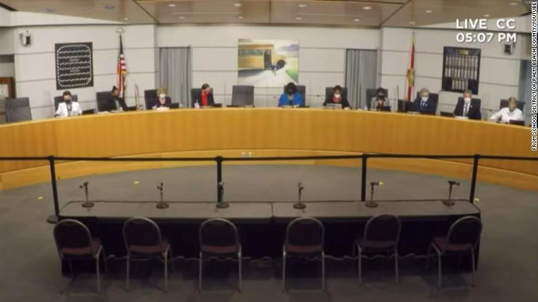 Junta escolar del condado de Palm Beach se pone del lado de la última política estatal de cuarentena en una tensa reunión sobre mascarillas