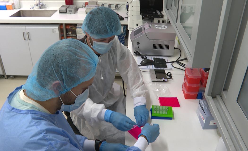 Pasión y recursos escasos, la fórmula del grupo de científicos colombianos que identificó la variante mu del covid-19