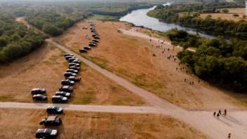 El gobernador de Texas aprueba una barrera de acero de kilómetros de largo para vehículos policiales para disuadir a más de 8.000 migrantes en Del Río