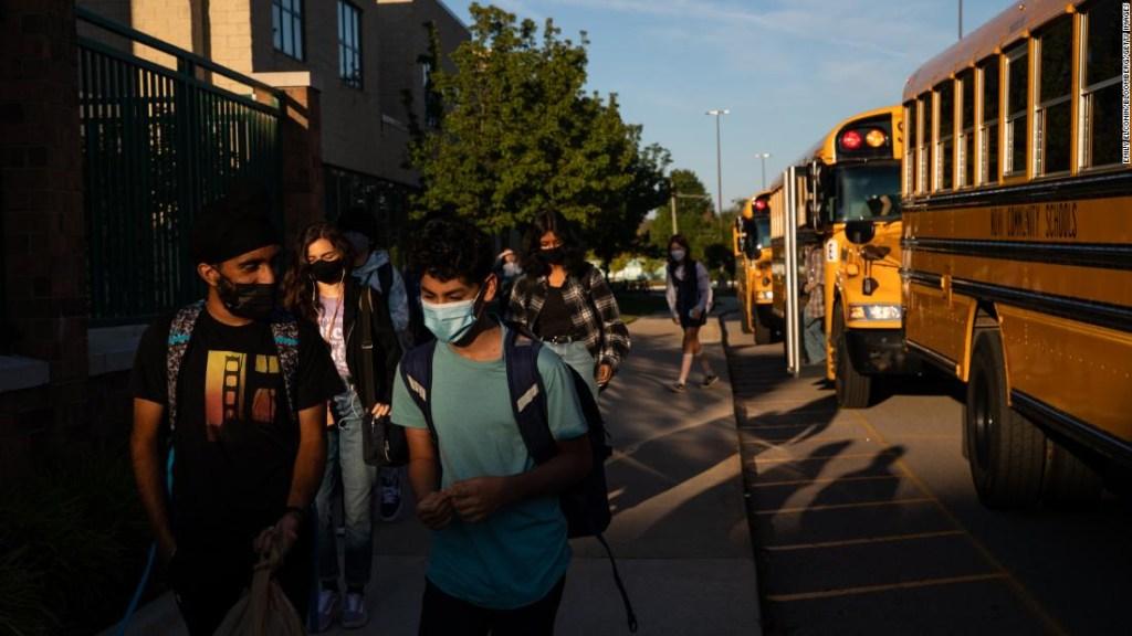 Las escuelas no necesitan ver un gran aumento en los casos de covid-19 si siguen estas medidas, dice Fauci