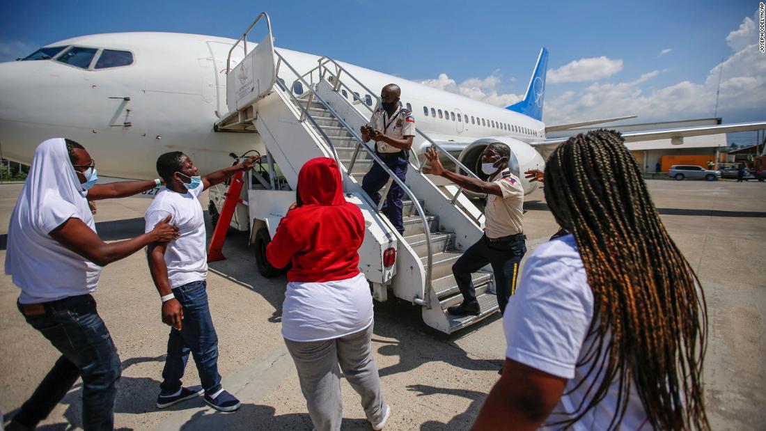 Caos en la pista del principal aeropuerto de Haití después de la deportación de migrantes de Estados Unidos