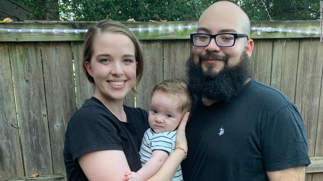 A una pareja de Texas le pidieron que saliera de un restaurante por usar mascarillas para cuidar a su bebé inmunodeprimido