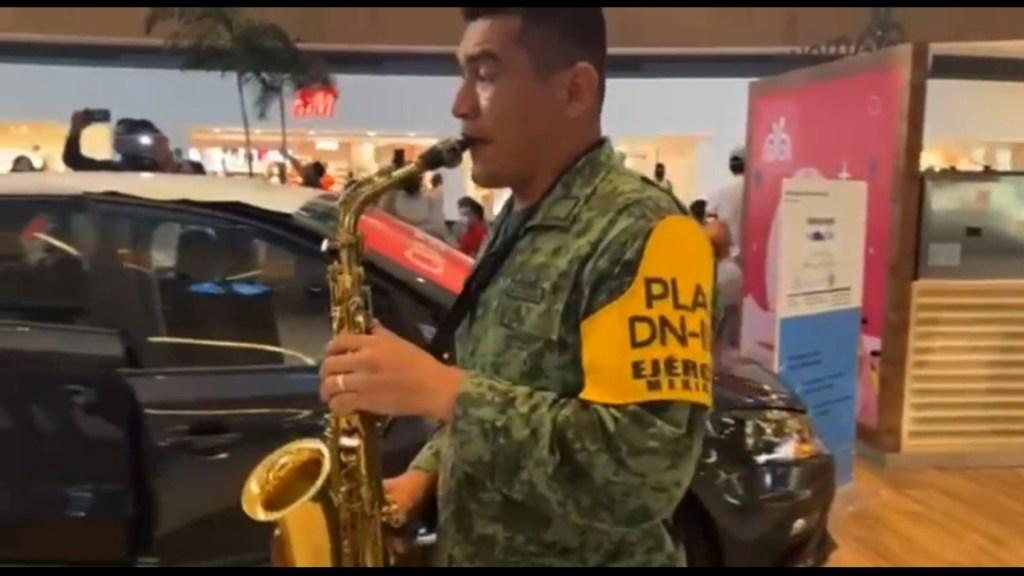 Banda de música del Ejército mexicano toca tema de Juan Gabriel