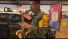 Un groupe de musique de l'armée mexicaine joue la chanson de Juan Gabriel