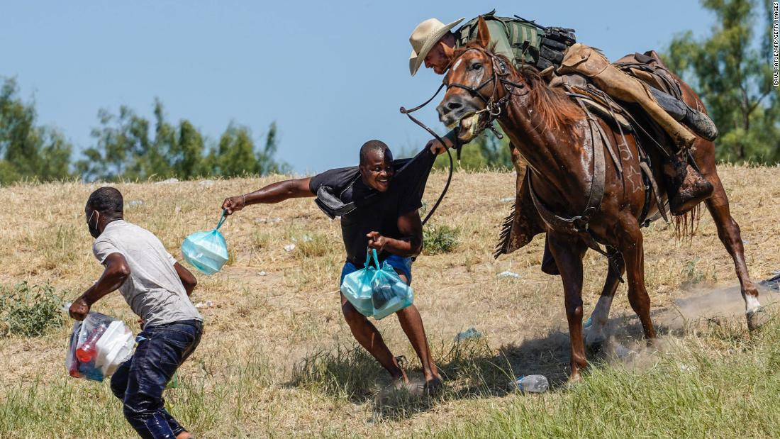 Videos captan agentes a caballo enfrentando migrantes en la frontera