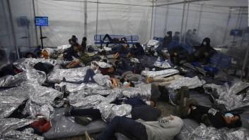 EE.UU. puede seguir expulsando a familias migrantes