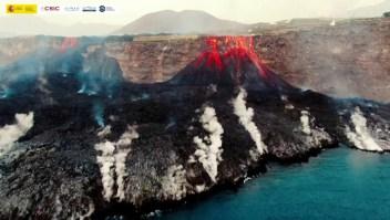 Drones capturan lava caliente derramándose en el mar