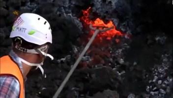 El arriesgado método para analizar la lava del volcán