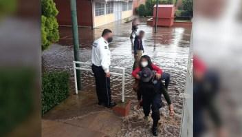 Salvan a menores atrapados en escuela inundada de México
