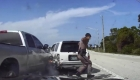 Esquivan por muy poco el impacto de una camioneta